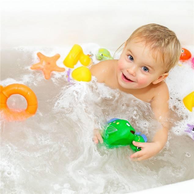 Bichinhos e copinhos são boas opções de brinquedos para banho. Nunca dê peças pequenas pro seu filho brincar.