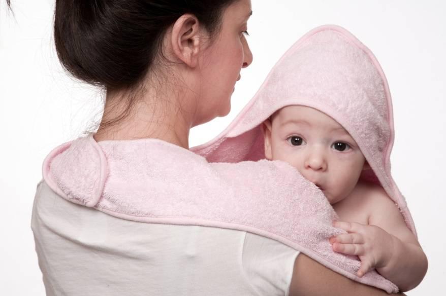 Na hora de secar, uma toalha com capuz pode impedir o bebê de ficar com frio.