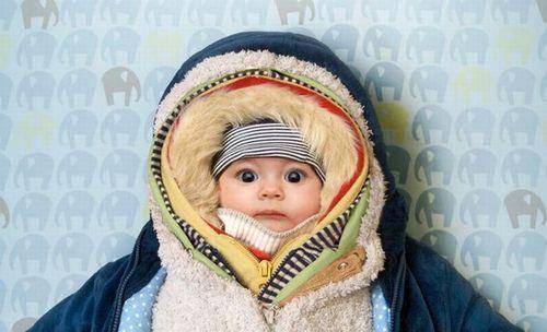 Mesmo que esteja muito frio, cuidado para não agasalhar demais o bebê.