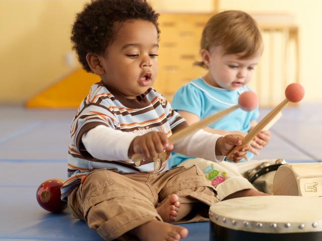 bebês tocando instrumentos